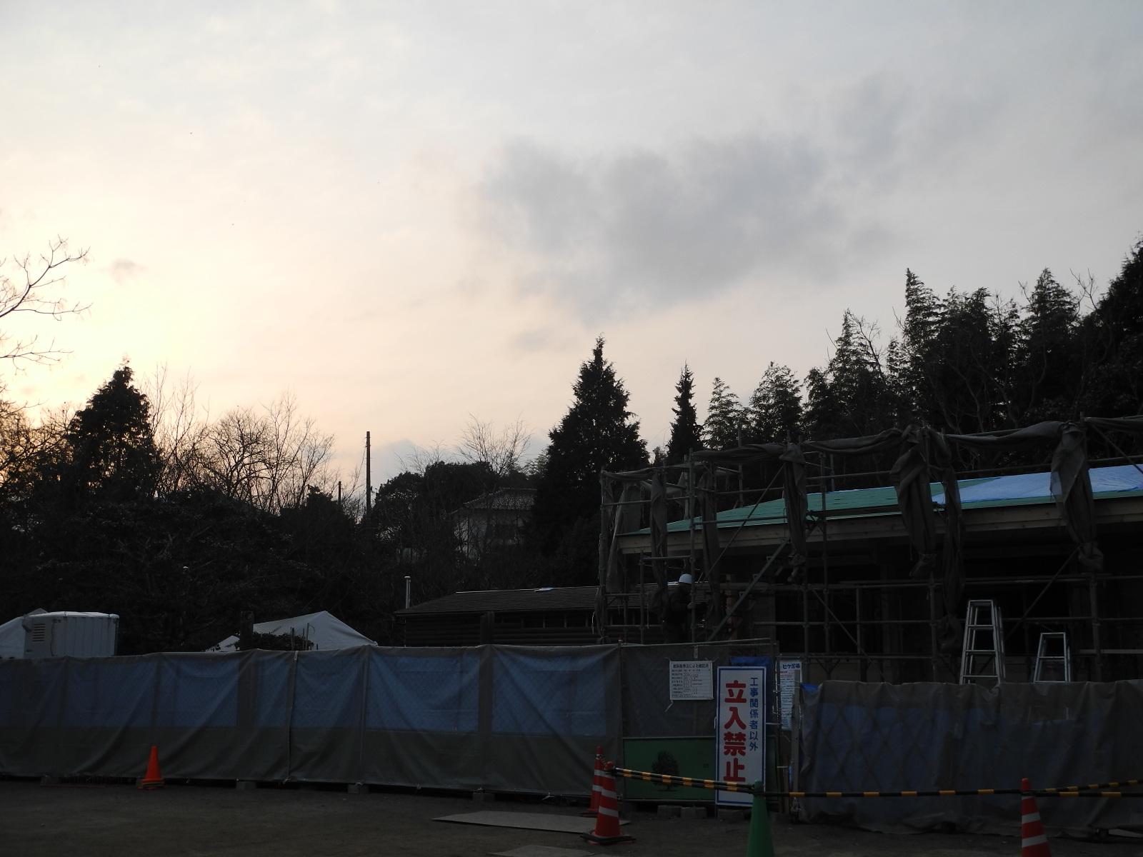 夕方の建築中園舎
